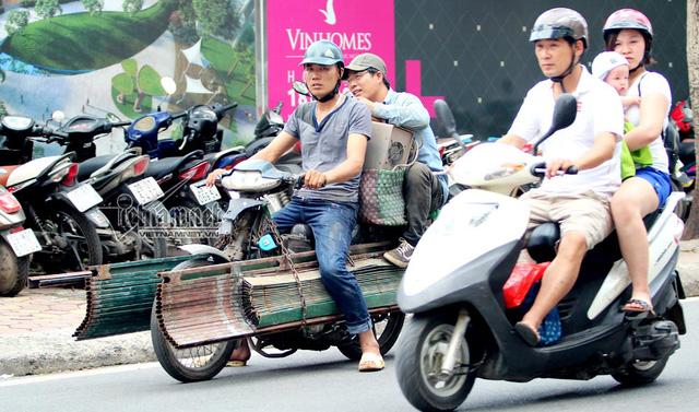 Hết sợ khai tử, xe máy nát vèo vèo giữa phố HN - Ảnh 2.