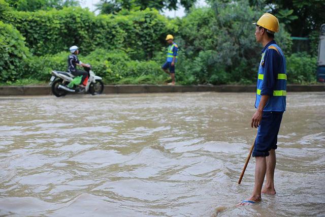 Mưa lớn trút xuống Hà Nội, đại lộ Thăng Long ngập trong biển nước - Ảnh 2.