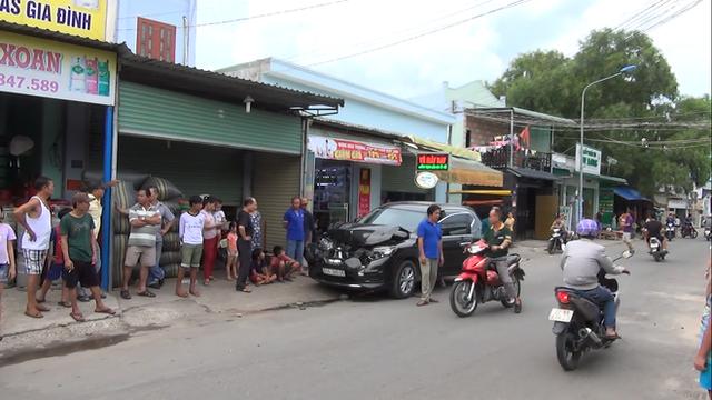 Video Nissan X-Trail đâm hàng loạt người đi bộ khiến 1 phụ nữ tử vong tại Bình Dương - Ảnh 3.