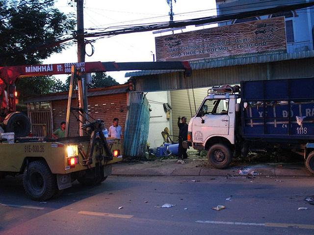 Container húc văng xe rác vào nhà dân - Ảnh 2.