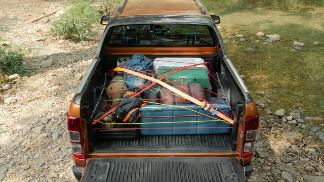 Cách để đồ an toàn trên thùng xe bán tải - Ảnh 3.