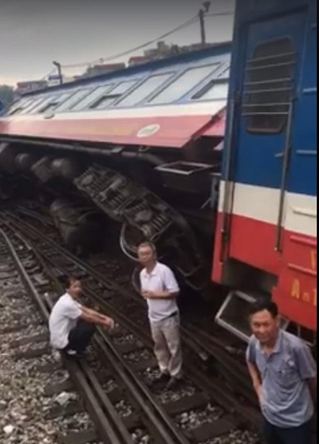 Tàu hỏa chở khách bị trật bánh ở Hà Nội - Ảnh 1.