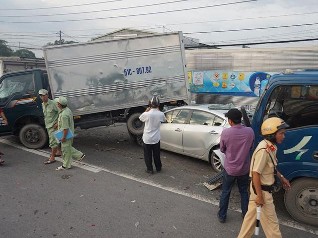 Xe tải ủi xe chờ đèn đỏ, nạn nhân bò ra từ ô tô 4 chỗ - Ảnh 1.