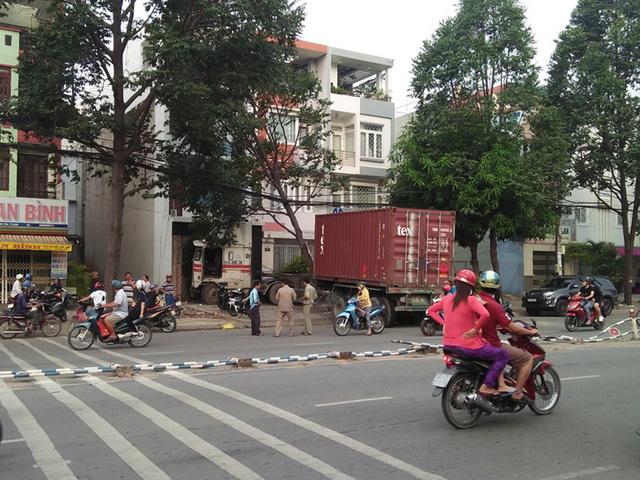 Container tông vào nhà 3 tầng trên đường Tên Lửa - Ảnh 2.