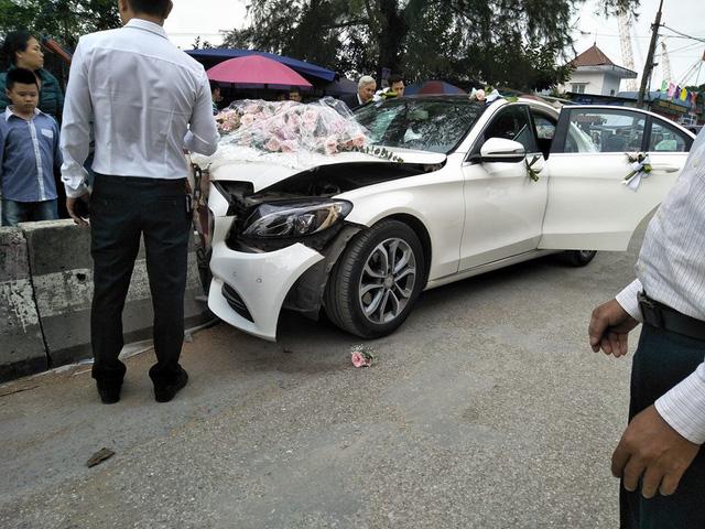 Xe cưới Mercedes-Benz đâm dải phân cách đầu tõe làm đôi, cô dâu chú rể an toàn - Ảnh 2.