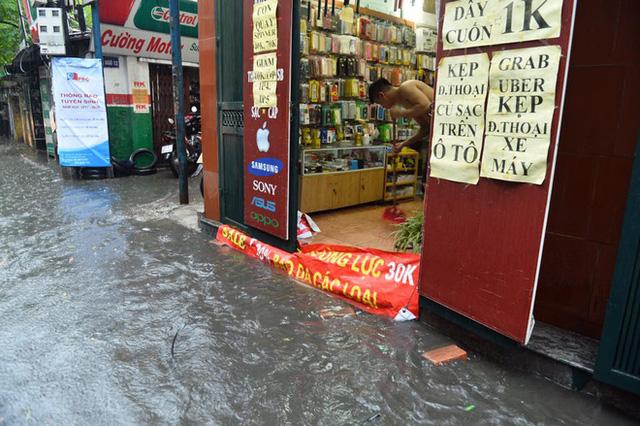 Chùm ảnh: Đường phố Hà Nội ngập lênh láng sau cơn mưa lớn vào sáng nay - Ảnh 11.
