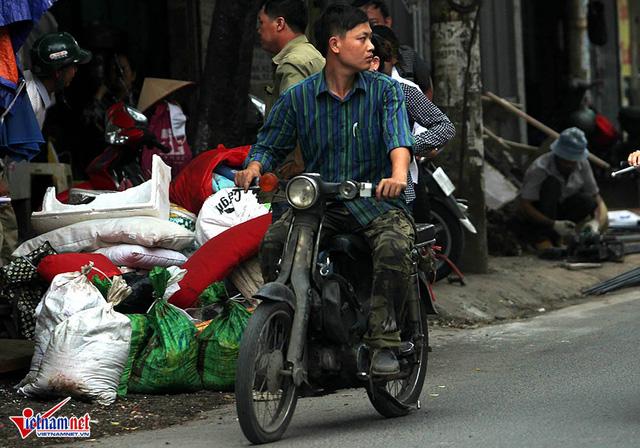 Hết sợ khai tử, xe máy nát vèo vèo giữa phố HN - Ảnh 11.
