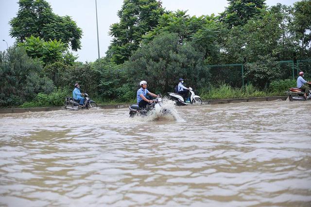 Mưa lớn trút xuống Hà Nội, đại lộ Thăng Long ngập trong biển nước - Ảnh 11.
