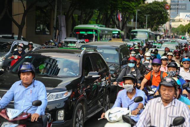 Giao thông ở Sài Gòn rối như canh hẹ sau khi phân luồng thi công nhà ga trung tâm Bến Thành - Ảnh 12.