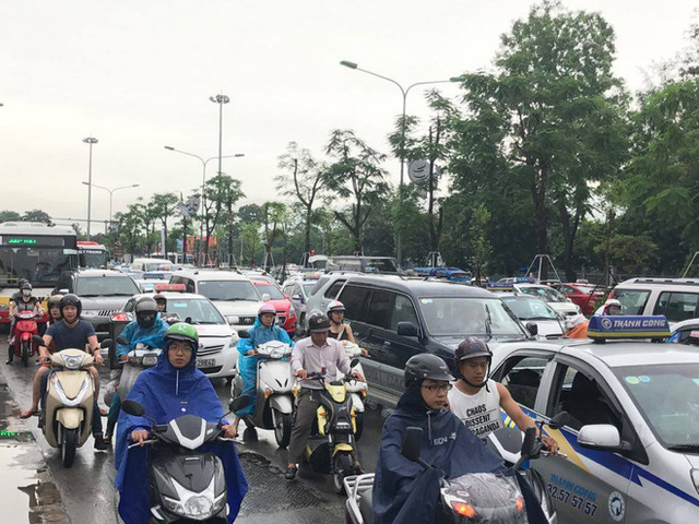 Chùm ảnh: Đường phố Hà Nội ngập lênh láng sau cơn mưa lớn vào sáng nay - Ảnh 12.