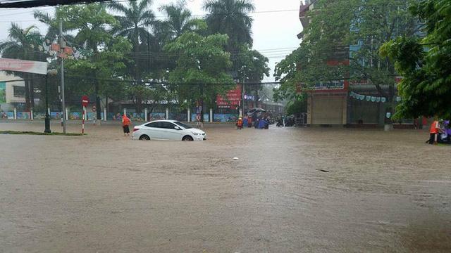 Thái Nguyên: Mưa lớn gây ngập nặng, điều xe chuyên dụng của quân đội đến giúp dân - Ảnh 12.