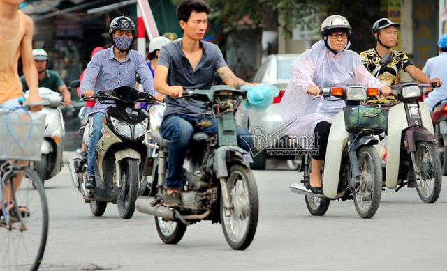 Hết sợ khai tử, xe máy nát vèo vèo giữa phố HN - Ảnh 12.