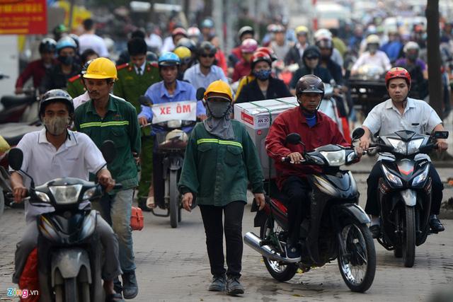 Xe máy cày nát vỉa hè, đe dọa người đi bộ - Ảnh 14.
