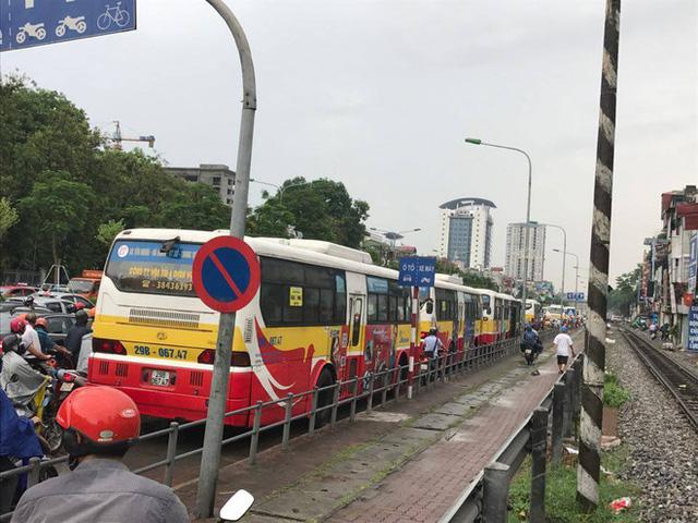 Chùm ảnh: Đường phố Hà Nội ngập lênh láng sau cơn mưa lớn vào sáng nay - Ảnh 13.