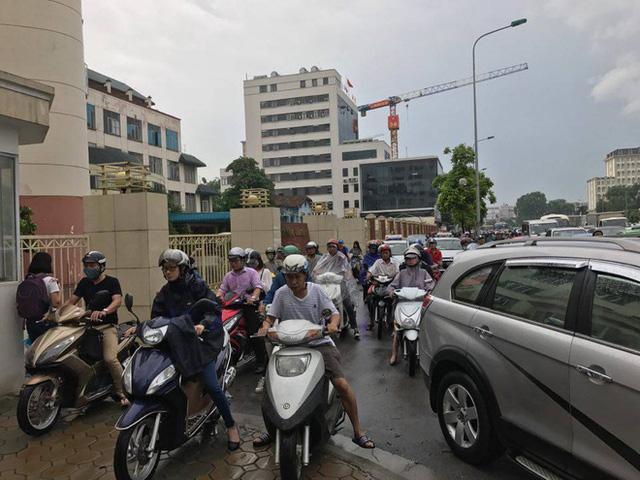 Chùm ảnh: Đường phố Hà Nội ngập lênh láng sau cơn mưa lớn vào sáng nay - Ảnh 14.