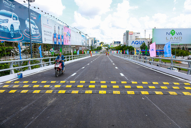 Cận cảnh cầu vượt hơn 240 tỷ đồng giải cứu kẹt xe ở sân bay Tân Sơn Nhất trước ngày khánh thành - Ảnh 15.