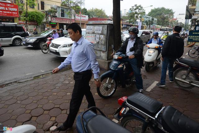 Xe máy cày nát vỉa hè, đe dọa người đi bộ - Ảnh 16.