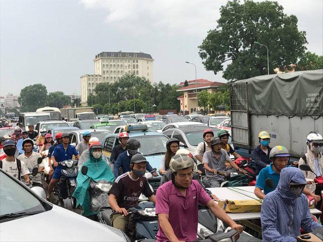 Chùm ảnh: Đường phố Hà Nội ngập lênh láng sau cơn mưa lớn vào sáng nay - Ảnh 15.
