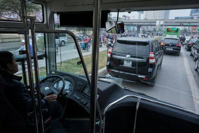 Nhường đường cho buýt nhanh, xe máy phi lên hè - Ảnh 16.