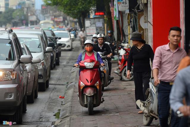 Xe máy cày nát vỉa hè, đe dọa người đi bộ - Ảnh 17.