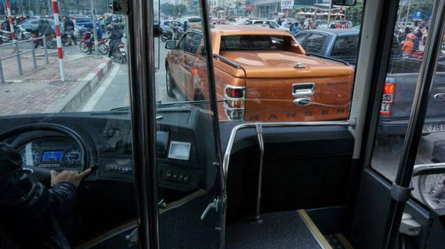 Nhường đường cho buýt nhanh, xe máy phi lên hè - Ảnh 17.