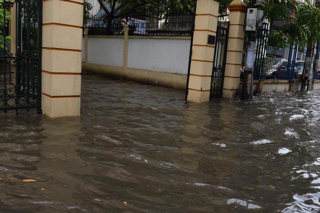Chùm ảnh: Đường phố Hà Nội ngập lênh láng sau cơn mưa lớn vào sáng nay - Ảnh 17.