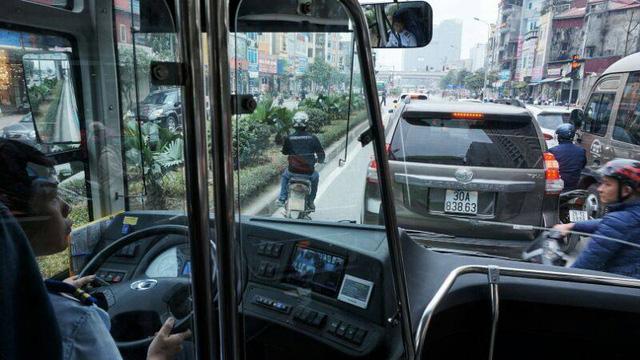 Nhường đường cho buýt nhanh, xe máy phi lên hè - Ảnh 19.