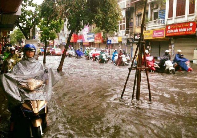 Chùm ảnh: Đường phố Hà Nội ngập lênh láng sau cơn mưa lớn vào sáng nay - Ảnh 19.