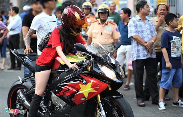 Cô gái Sài Gòn lái siêu môtô đi xem bóng đá - Ảnh 3.