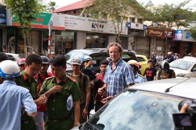 Clip: Ông Tây ở Sài Gòn ngơ ngác khi xe ô tô của mình bị cẩu đi vì lấn chiếm vỉa hè - Ảnh 4.