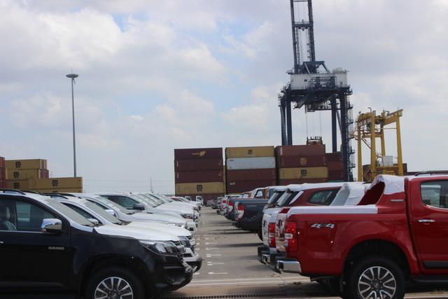Theo thuế giảm, ô tô ùn ùn nhập khẩu qua cảng TP.HCM - Ảnh 3.