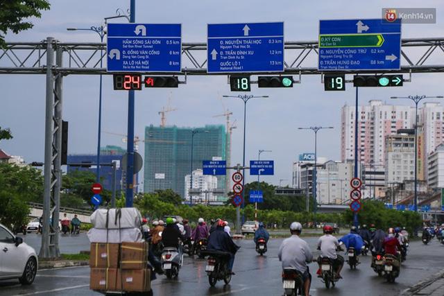 Biển báo giao thông song ngữ Việt – Anh đã được lắp đặt trên đường phố Sài Gòn - Ảnh 3.