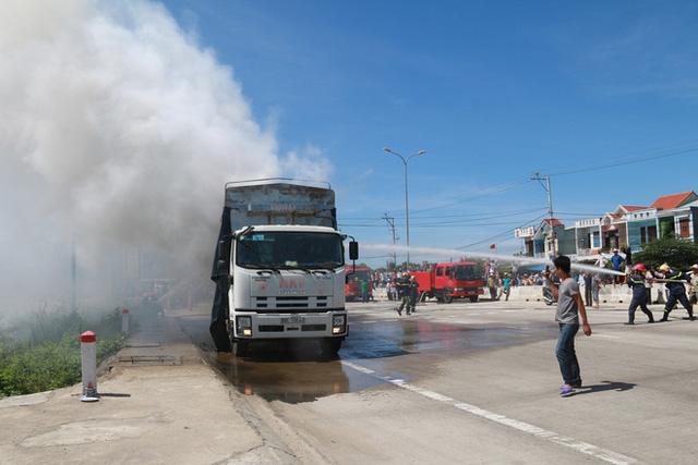 Xe tải bốc cháy ngùn ngụt sát trạm thu phí, giao thông qua quốc lộ 1A hỗn loạn nhiều giờ - Ảnh 3.