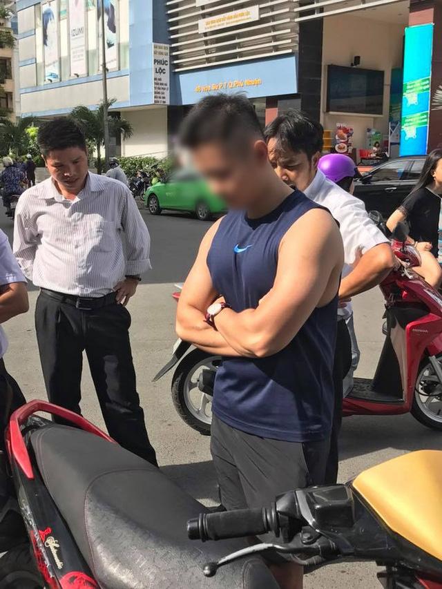 Mặc tài xế taxi năn nỉ chỉ còn 200 nghìn trong túi, soái ca Sài Gòn kiên quyết đòi 400 nghìn bồi thường sau va chạm - Ảnh 4.