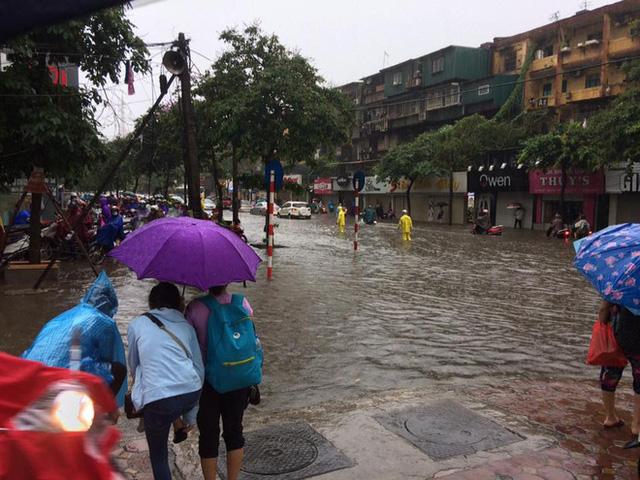Sáng nay Hà Nội mưa to kèm sấm chớp kinh hoàng, ai mà dám ra đường! - Ảnh 3.
