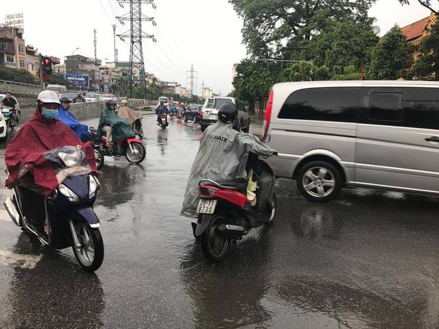 Chùm ảnh: Đường phố Hà Nội ngập lênh láng sau cơn mưa lớn vào sáng nay - Ảnh 3.