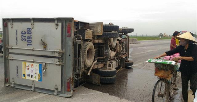 Nghệ An: Tông vào dải phân cách, xe tải lật nhiều vòng, tài xế và phụ xe bị thương nhẹ - Ảnh 2.