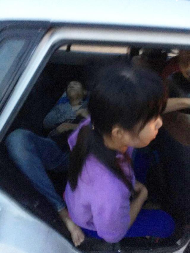 Hà Nội: Lái xe ben tông thẳng vào 2 tên cướp đang dùng hung khí đe dọa đôi vợ chồng - Ảnh 2.