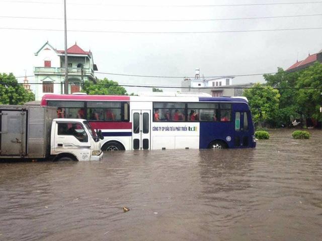 Thái Nguyên: Mưa lớn gây ngập nặng, điều xe chuyên dụng của quân đội đến giúp dân - Ảnh 3.