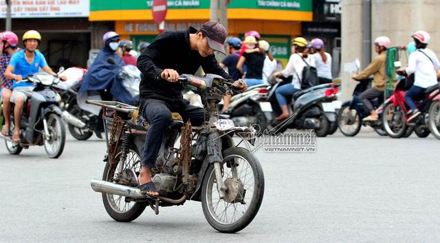Hết sợ khai tử, xe máy nát vèo vèo giữa phố HN - Ảnh 3.