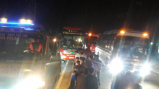 3 xe khách giường nằm tông nhau, ít nhất 3 người chết - Ảnh 2.