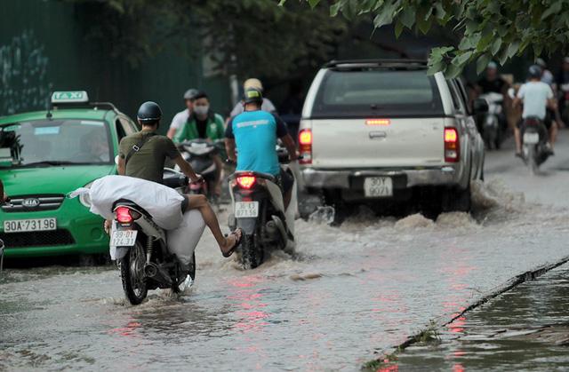 Mưa tầm tã, nhiều đường phố ngập mênh mông - Ảnh 4.