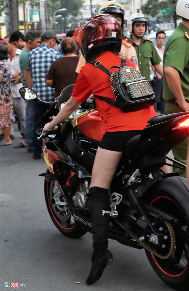 Cô gái Sài Gòn lái siêu môtô đi xem bóng đá - Ảnh 4.