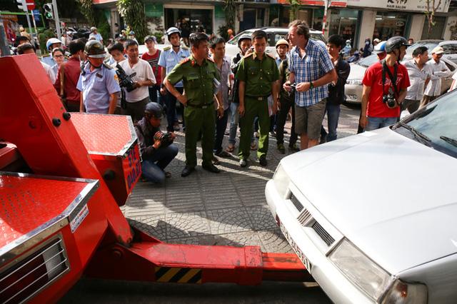 Clip: Ông Tây ở Sài Gòn ngơ ngác khi xe ô tô của mình bị cẩu đi vì lấn chiếm vỉa hè - Ảnh 5.
