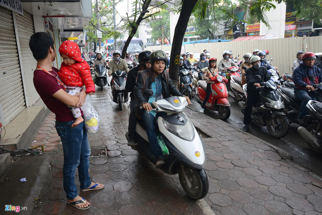 Xe máy cày nát vỉa hè, đe dọa người đi bộ - Ảnh 5.