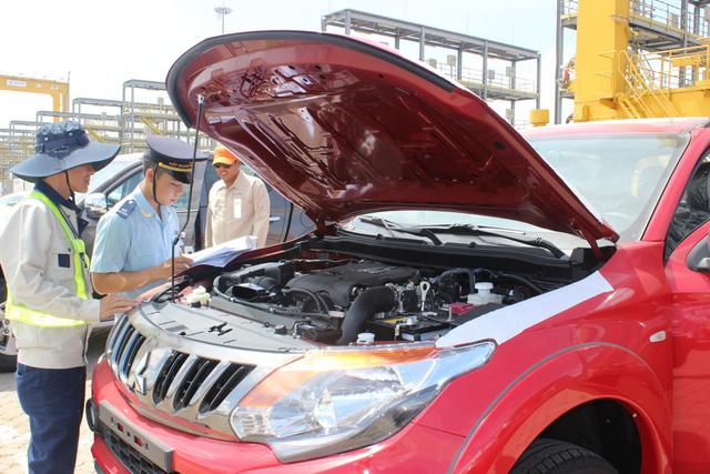 Theo thuế giảm, ô tô ùn ùn nhập khẩu qua cảng TP.HCM - Ảnh 4.