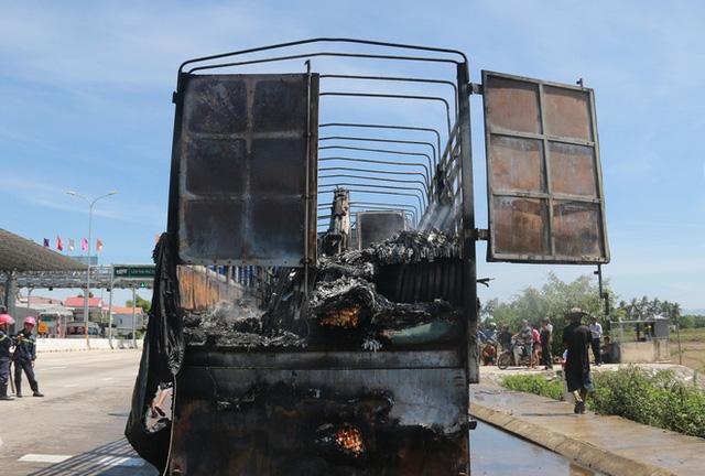 Xe tải bốc cháy ngùn ngụt sát trạm thu phí, giao thông qua quốc lộ 1A hỗn loạn nhiều giờ - Ảnh 4.
