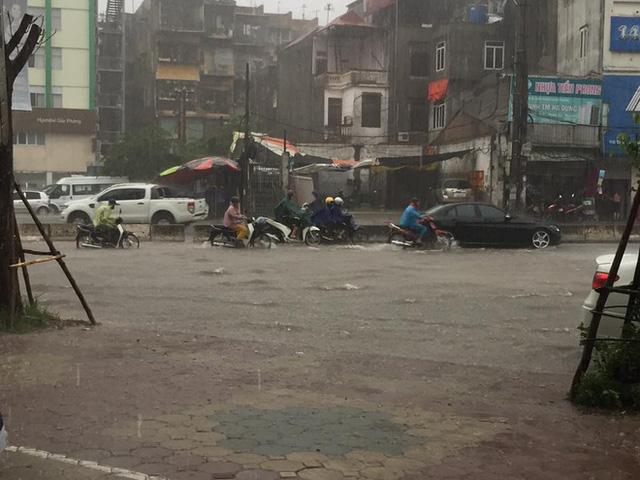 Sáng nay Hà Nội mưa to kèm sấm chớp kinh hoàng, ai mà dám ra đường! - Ảnh 5.