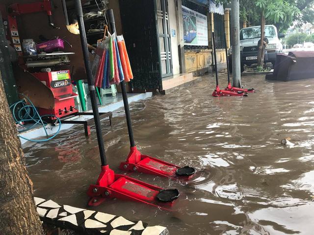 Chùm ảnh: Đường phố Hà Nội ngập lênh láng sau cơn mưa lớn vào sáng nay - Ảnh 4.