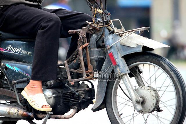 Hết sợ khai tử, xe máy nát vèo vèo giữa phố HN - Ảnh 4.